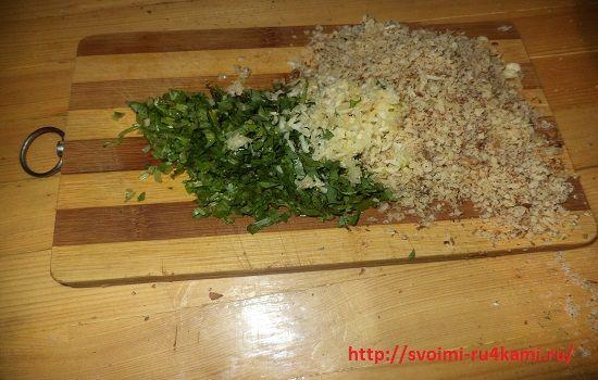 Нарезаем и смешиваем кинзу, лук и орешки