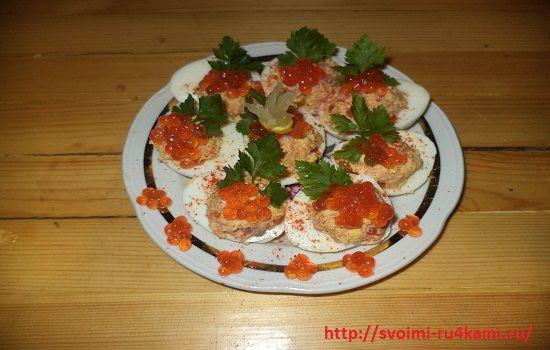 Фаршированные яйца с морепродуктами готовы