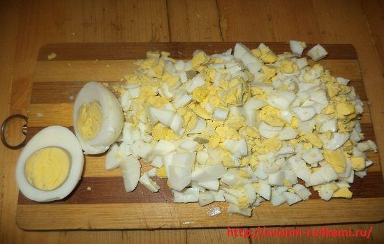 Яйца нарезаем кубиком