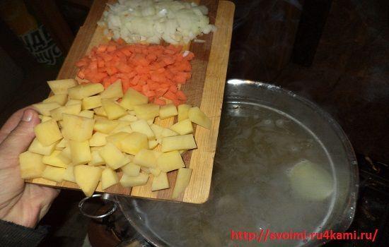 Высыпаем овощи в кастрюлю