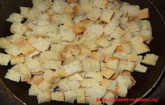 Высыпаем хлеб на сковороду
