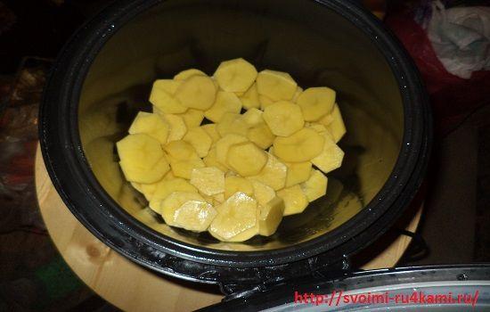 Закладываем картофель в мультиварку
