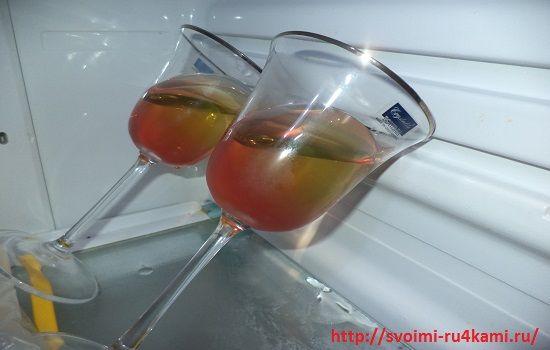 Кладем стакан в холодильник