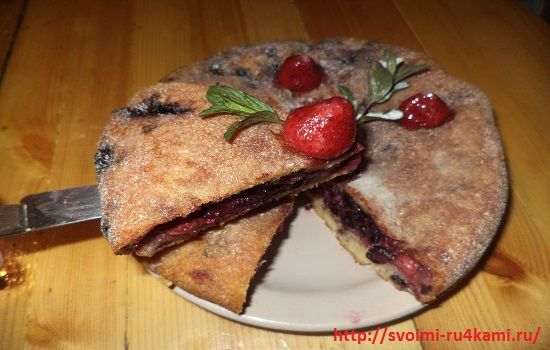 Пирог с ягодами в мультиварке готов