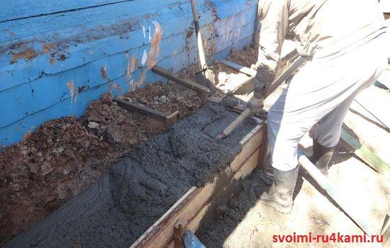 Ровняем бетон лопатой