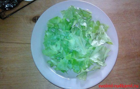 Кладем лист салата