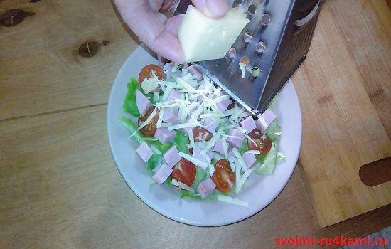 Натираем сыр на терке