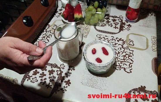 Заливаем смесь йогурта с желатином