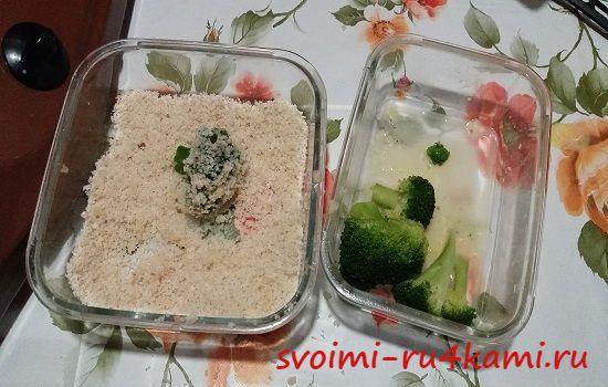 Обваливаем брокколи в сухарях