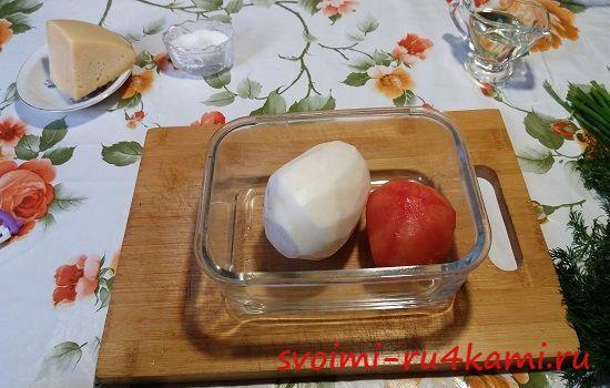 Очищаем редьку и помидор