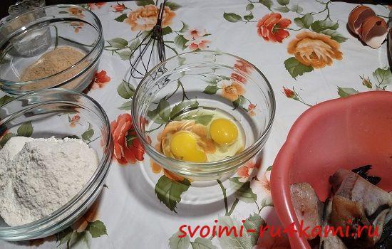Разбиваем яйца в емкость