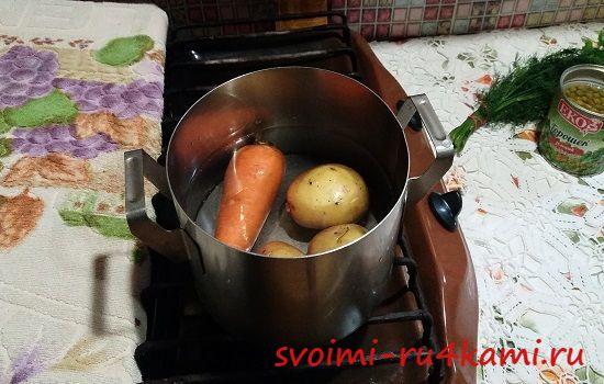 Варим овощи для оливье
